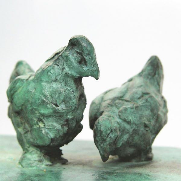 bronzen beeld kippen detail