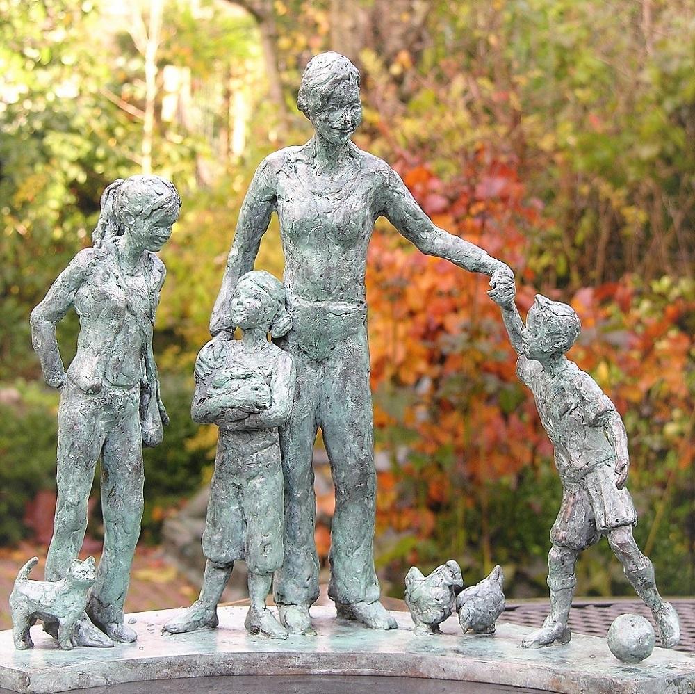bronzen beeld moeder en kinderen