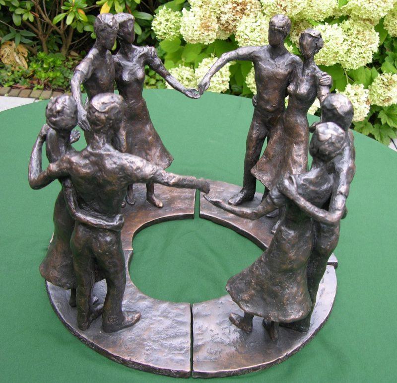 bronzen beeld liefde en verbondenheid echtpaar