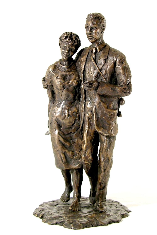 bronzen beeld man en vrouw op het strand