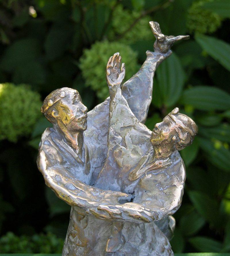 bronzen beeld ode aan het huwelijk
