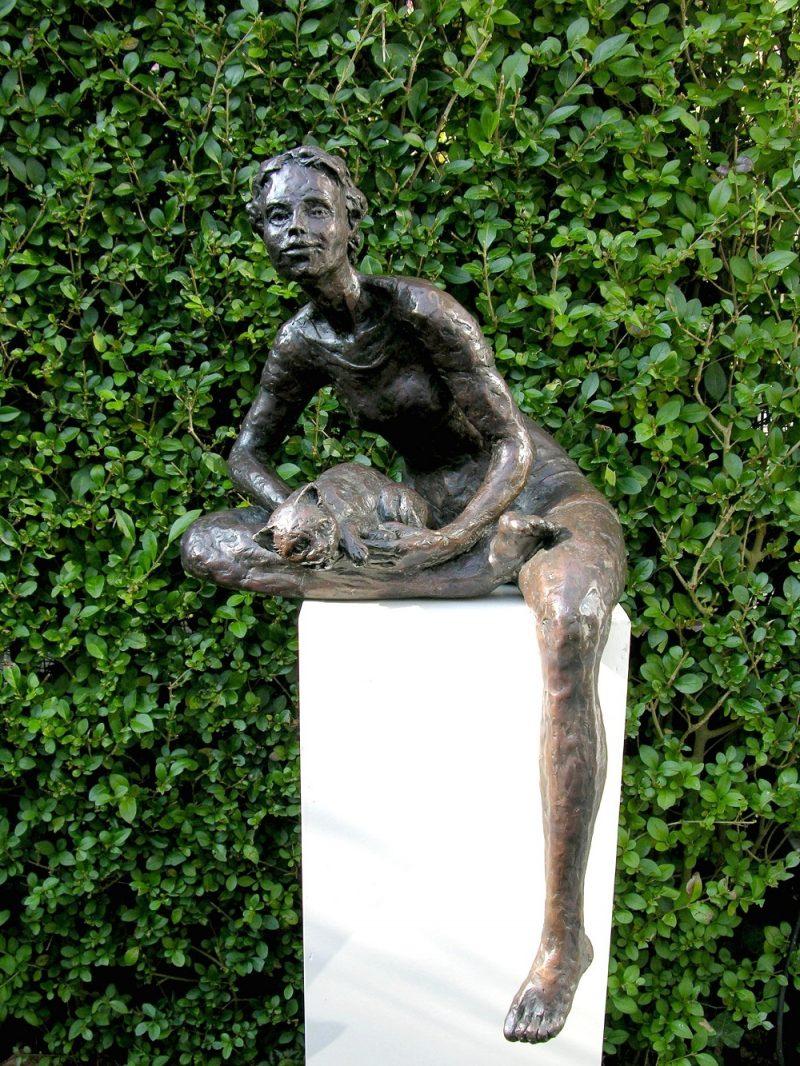 meisje met kat op schoot in brons Diane Timmer