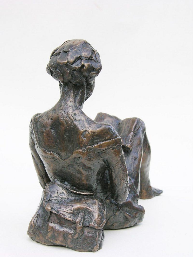 bronzen beeld lezende jonge vrouw