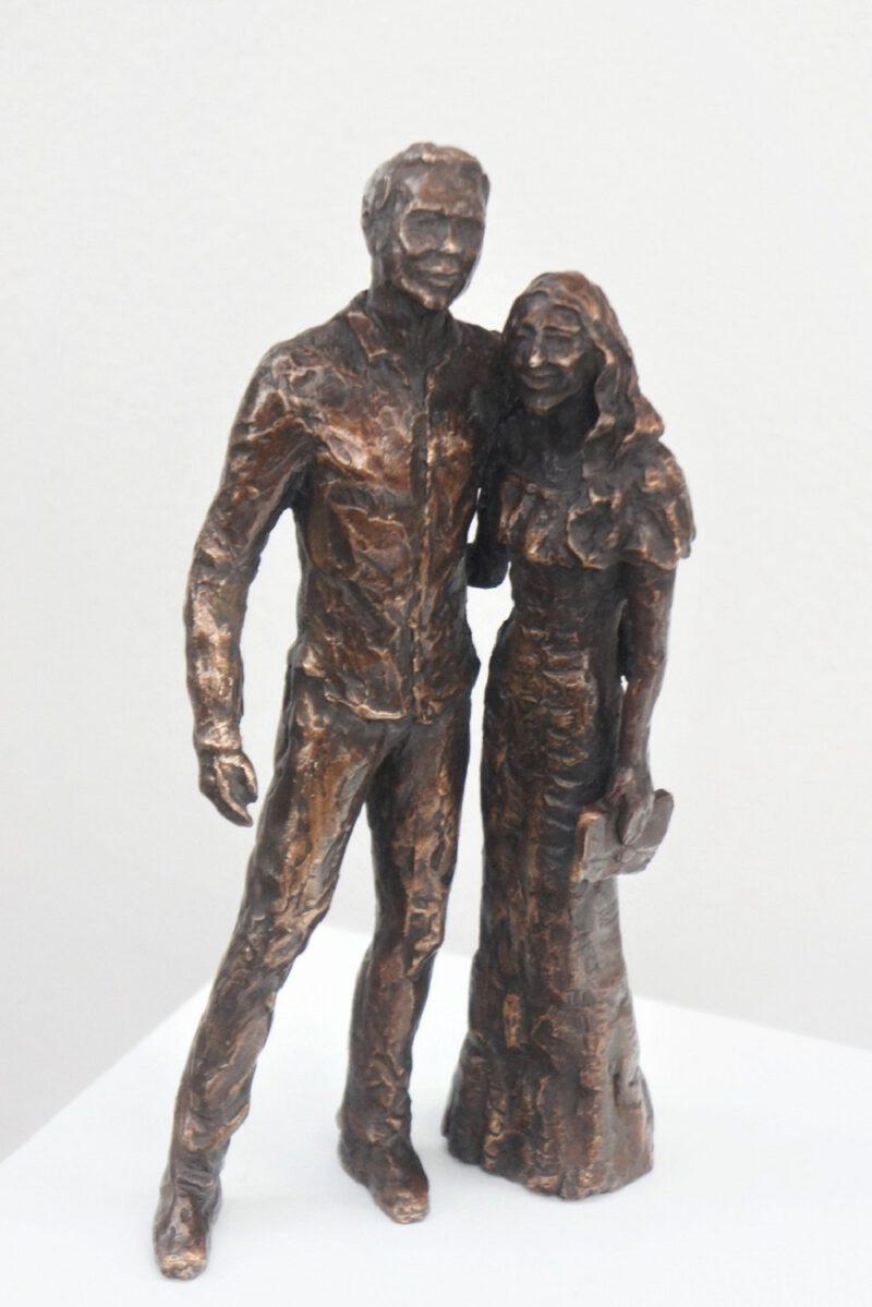 bronzen beeld verloofd stel