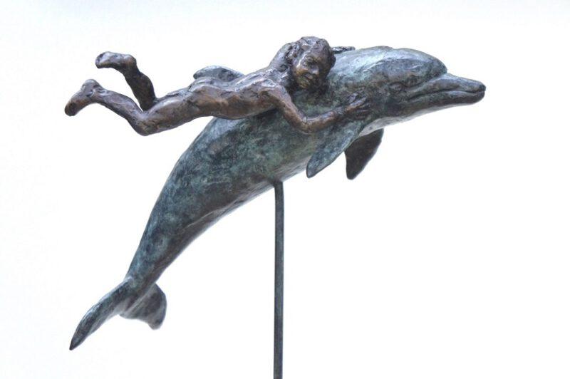 bronzen beeld dolfijn met kind