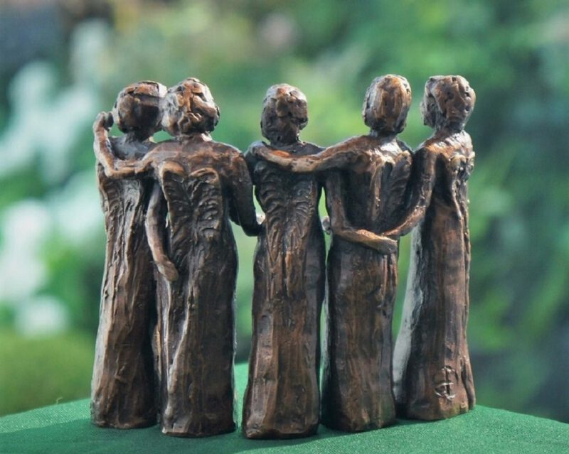 bronzen beeld zussen Diane Timmer