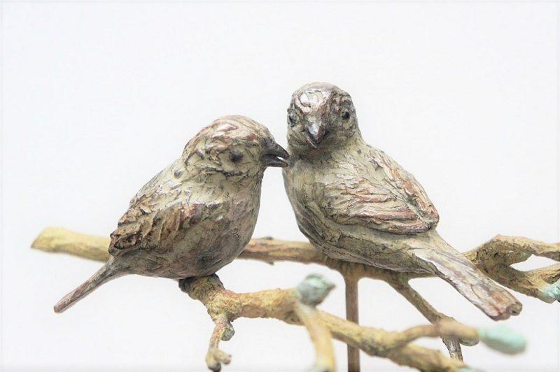 bronzen beeld musjes in gesprek Diane Timmer