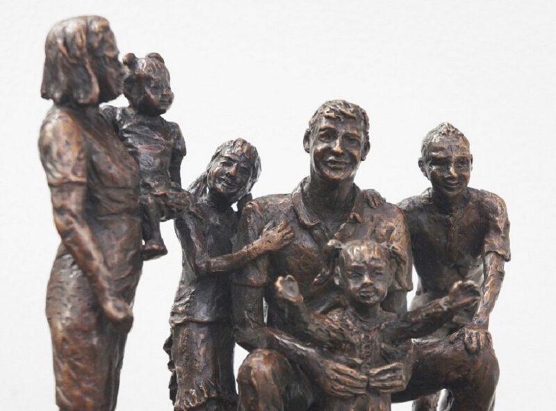 bronzen beeld van gezin
