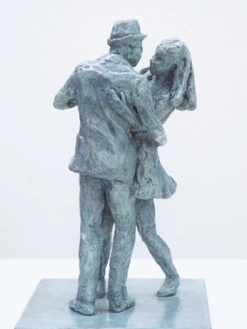 bronzen beeld dansend paar door Diane Timmer