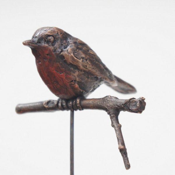 bronzen beeld roodborstje op hardstenen zuiltje