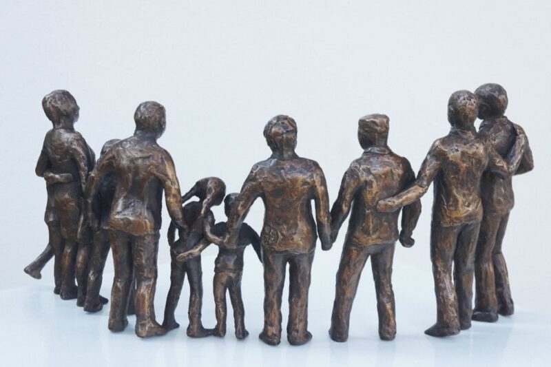 familie beeld met grootouders in brons