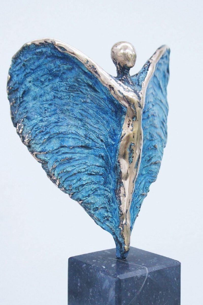 blauwe bronzen engel