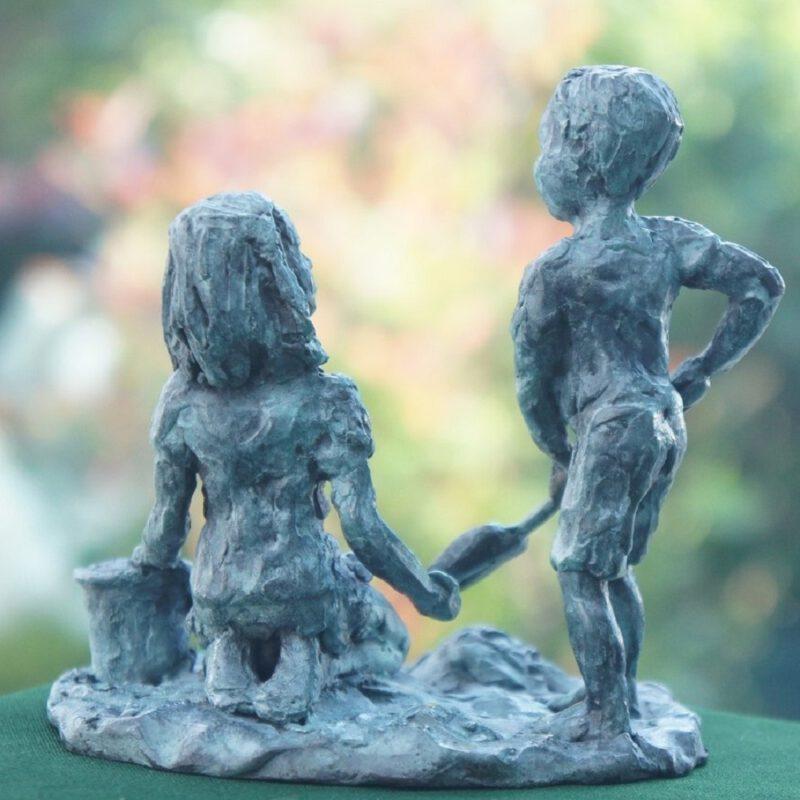 bronzen beeld spelende kinderen Diane Timmer