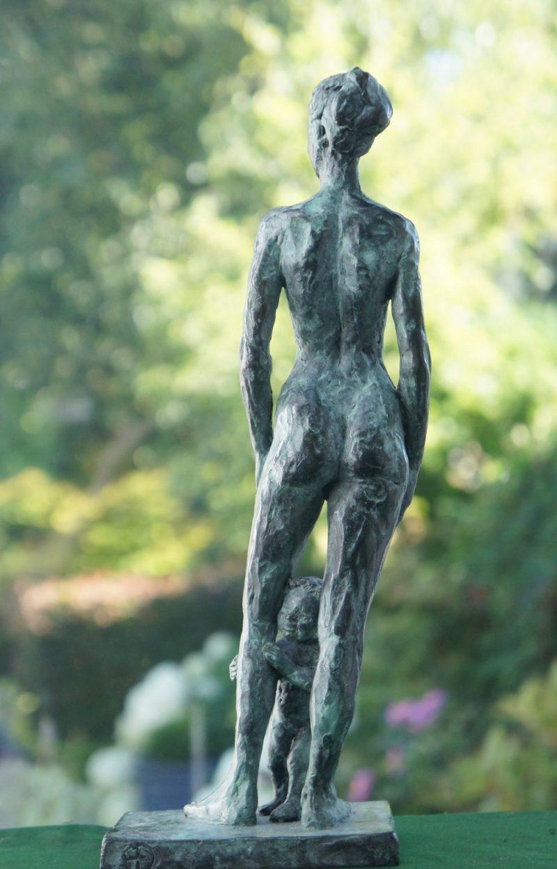 bronzen beeld moeder met peuter diane timme